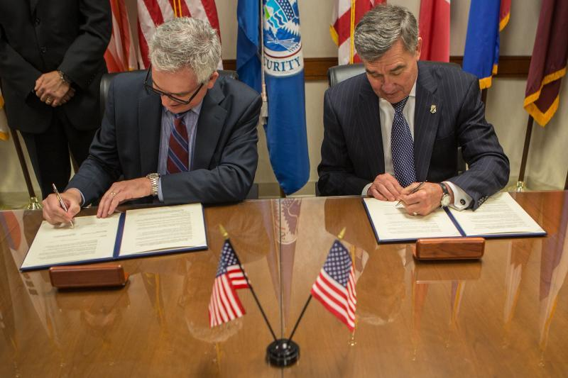 CBP Commissioner R. Gil Kerlikowske and IACP Executive Director and CEO Vince Talucci sign a memorandum of understanding launching fellowship program.