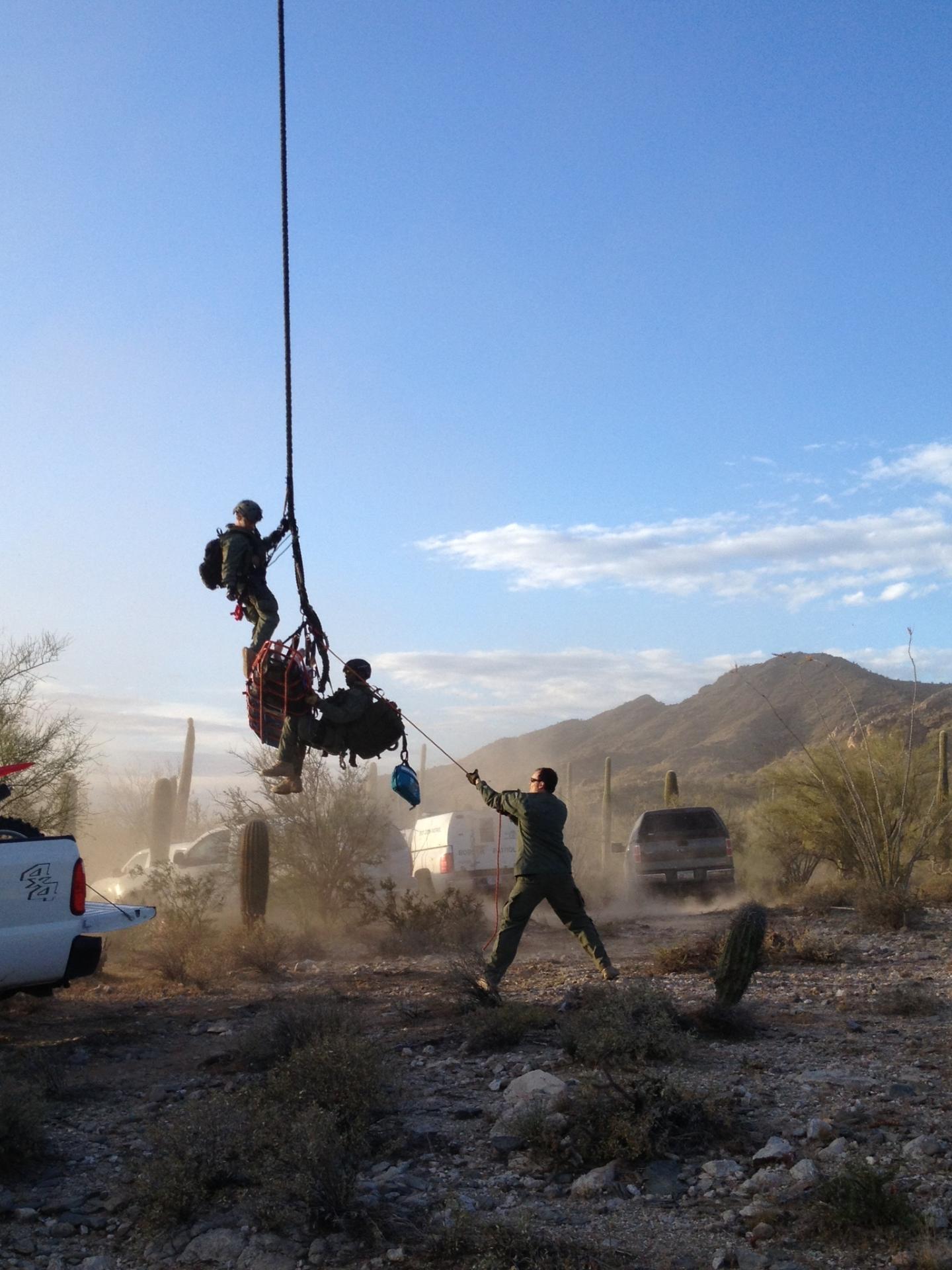 Migrante lesionado es transportado en helicóptero por equipos de la Patrulla Fronteriza y Operaciones Aéreas y Marítimas de CBP.