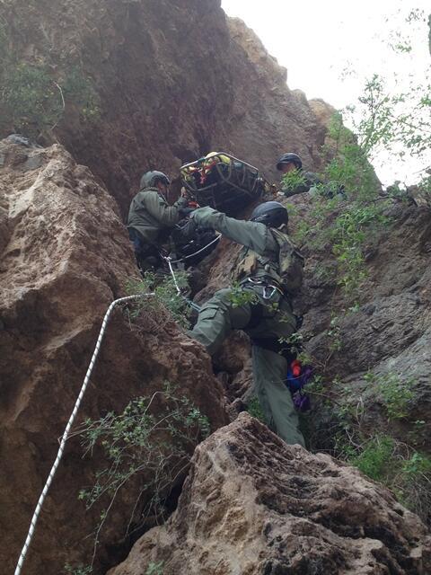 Miembros del Equipo de Búsqueda, Trauma y Rescate de la Patrulla Fronteriza (BORSTAR) rescatan a un migrante en un acantilado.