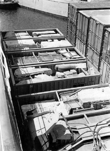 The first shipment of granite in its cargo containers at the Surrey docks in England. All 10,276 pieces of stone were methodically numbered so that the bridge could be reassembled like a giant jigsaw puzzle. Courtesy of Lake Havasu Museum of History.