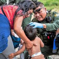 Border Patrol agent offers medical care to child