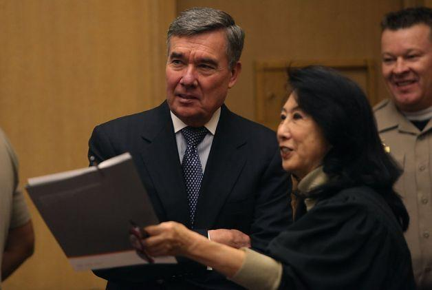 During a visit to the San Francisco Drug Court, Office of National Drug Control Policy Director R. Gil Kerlikowske discusses alternatives to traditional sentencing options for drug offenders. Photo courtesy of White House Office of National Drug Control Policy