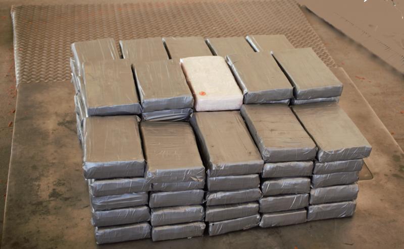 Paquetes que contienen 202 libras de cocaína decomisada por oficiales de CBP en Puente Internacional de Pharr