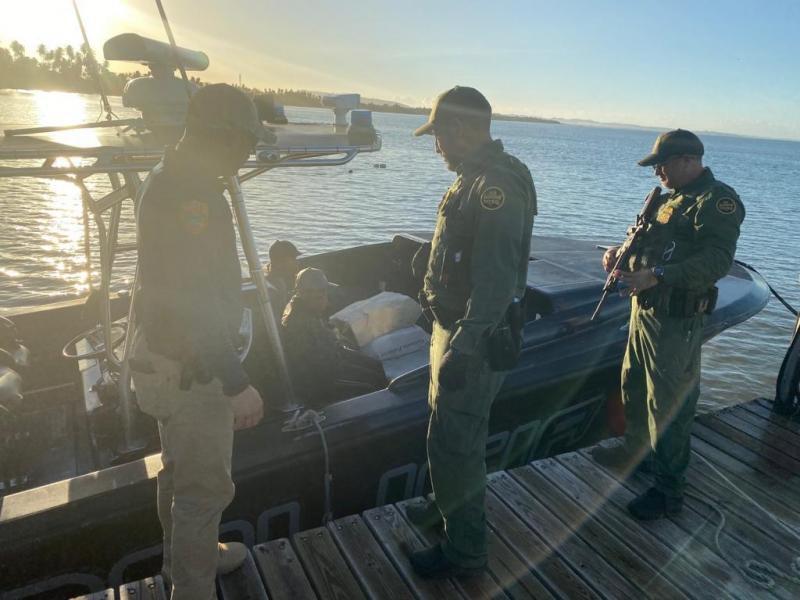 Agentes de la Patrulla Fronteriza y FURA luego de arrestar a 5 indocumentados cerca de Crash Boat en el oeste de Puerto Rico
