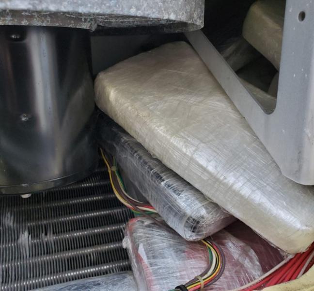 Una vista de los bloques de cocaina escondidos en el ventilador del contenedor.