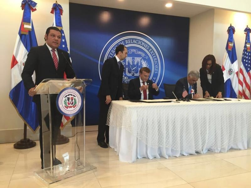 U.S. Ambassador James Brewster and Minister of Foreign Affairs Miguel Vargas Maldonado sign a Preclearance agreement in Santo Domingo.